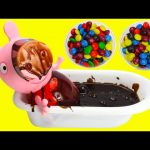 Peppa Pig Chocolate Bath Learn Colors with Candy Toy Genie
